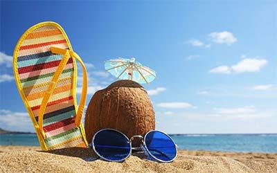 slipper en cocosnoot op strand